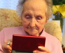 百岁老奶奶玩任天堂锻炼脑力